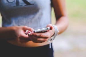 smartphone-friends-internet-connection